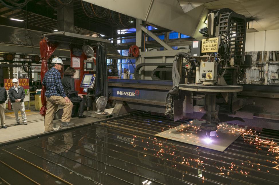 corte inicial de acero para el futuro USS Patrick Gallagher en Bath Iron Works