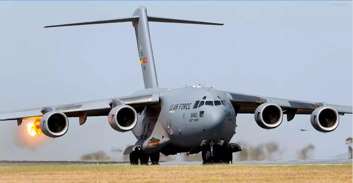Un avión C-17 se traga un gran pájaro durante el despegue en el ...